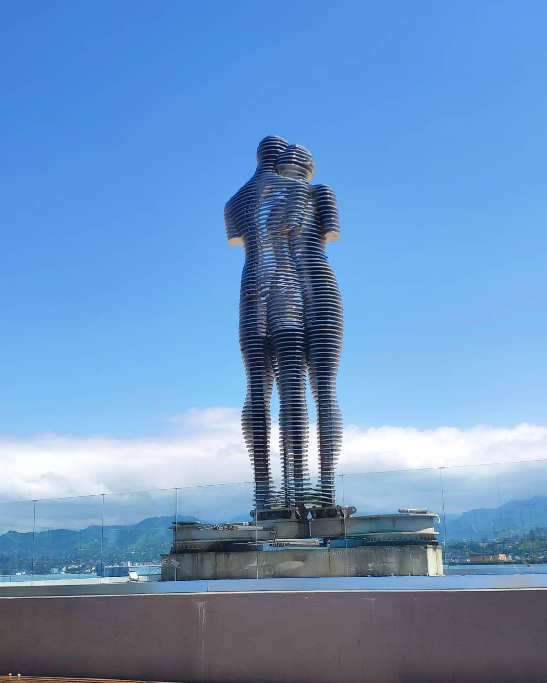 Статуя Али и Нино в Батуми
