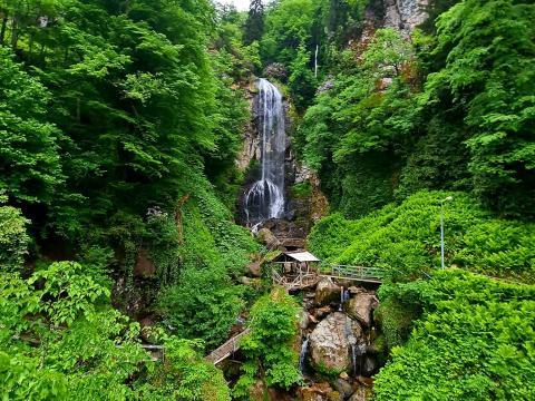 Водопад Махунцети и мост царицы Тамары