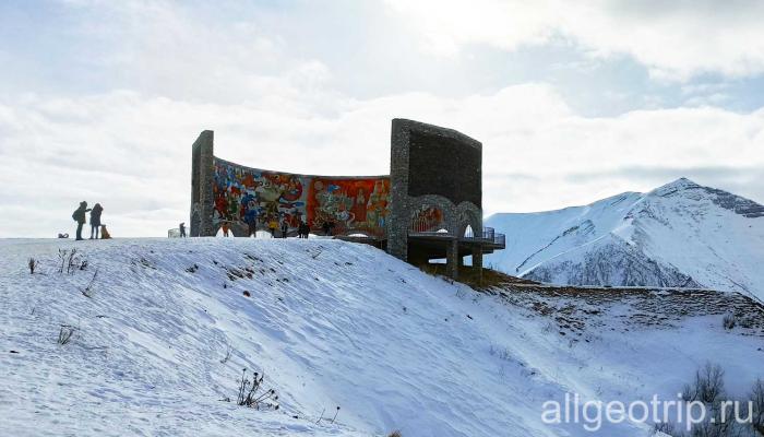 Полет на параплане в Казбеги Арка Дружбы народов